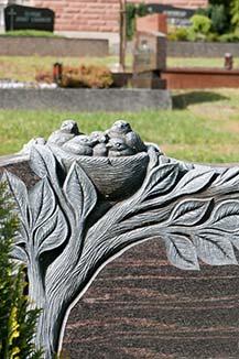 Plastische Vogelnest Abbildung auf dem Grabstein