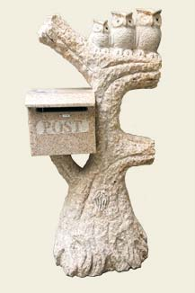 Säule aus Naturstein mit Briefkasten