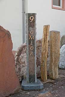 Säule aus Granit mit Hausnummer und Name