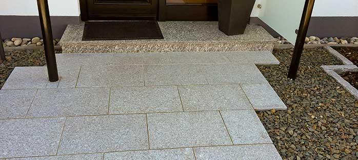 Steinplatten am Hauseingang.